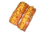 Stücke vom Lachsfilet (salmo salar) mit Schmelzkäse und Koblauch-Gewürzmischung