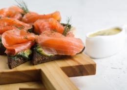 Gebeizter Lachs mit Honig-Senfsauce, Gartengurken und Pumpernickelbrot