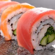 Frische Maki mit Lachs, Thunfisch, Avocado und Huhn