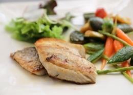 Gegrilltes Minigemüse mit gegrilltem Wolfsbarschfilet auf Weißweinsauce