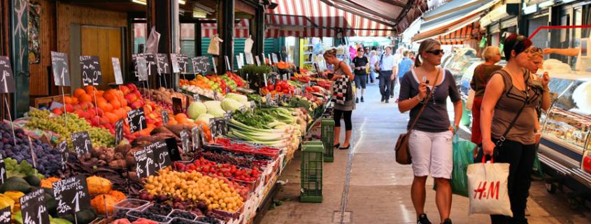 Der Wiener Naschmarkt mit seinen typischen Ständen