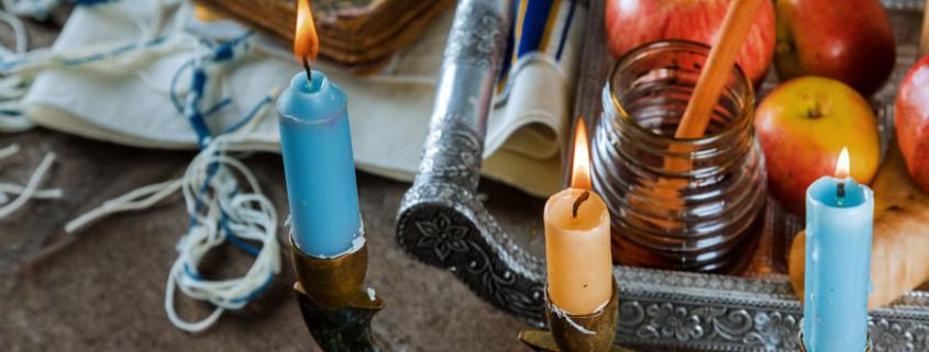 Zum jüdischen Neujahr - Rosch ha-Schana (ראֹשׁ הַשָּׁנָה) ist der Tisch reich gedeckt.