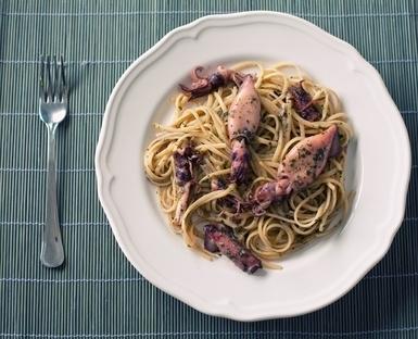 Calamari und Chorizo an Pesto-Spaghetti