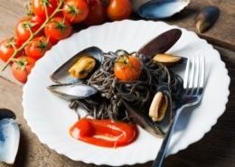 Schwarze Nudeln mit Miesmuscheln und Pesto
