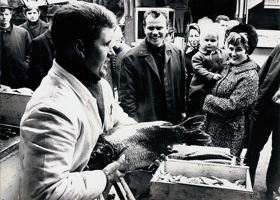 Erich Gruber beim Karpfenverkauf im Jahr 1967