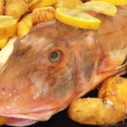 Knurrhahn mit Kartoffeln und Karotten im Ofen