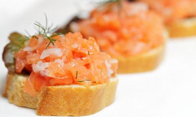 Lachstatare mit gebackenem Kohlrabi auf Kräutervelouté
